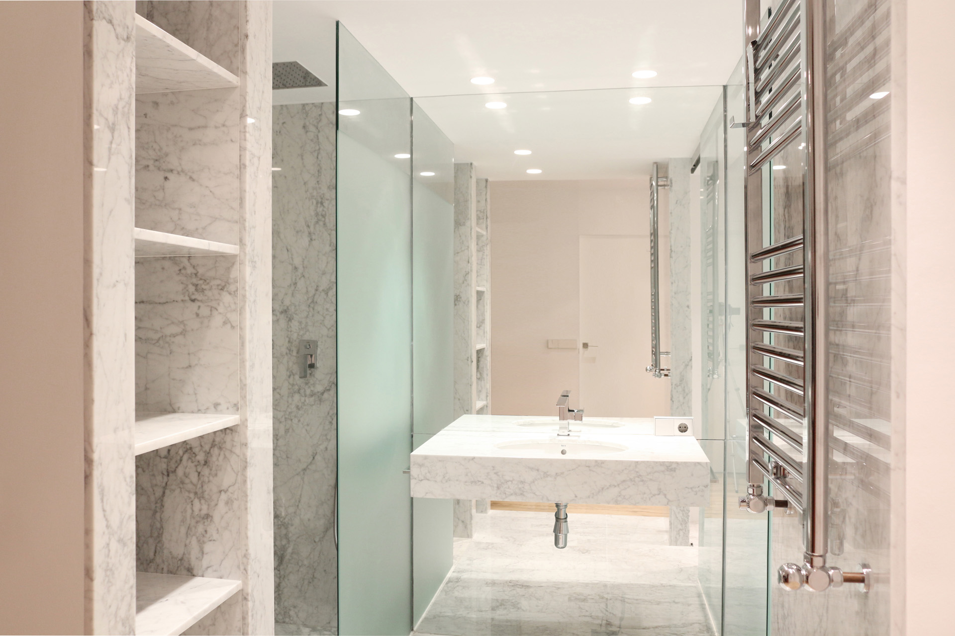 Decoraci n de ba os modernos for Revestimiento vinilico para paredes de banos